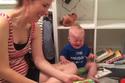 Clip lạ: Bé khóc ré khi mẹ dừng đọc sách