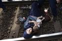 Tránh vào trại tị nạn, ôm con cố thủ trên đường ray
