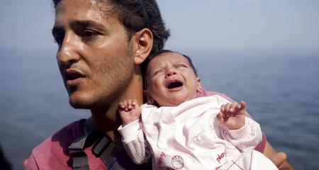 Cảnh khốn khổ của trẻ em theo cha mẹ đi tị nạn