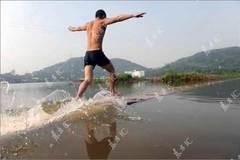 Xem nhà sư Thiếu Lâm lướt như bay trên mặt nước