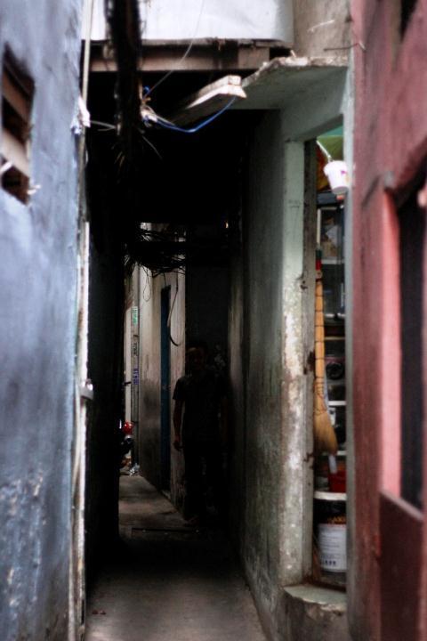 Chuyện lạ phố Tây Sài Gòn: Ngủ trên phố, tắm ngoài đường
