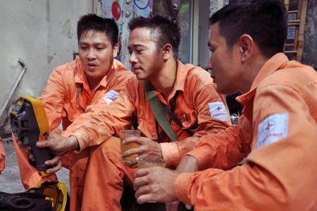 Những chiến sĩ 'áo cam' thắp sáng ngày Đại lễ