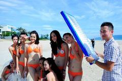 MC Anh Tuấn che nắng cho các mỹ nữ diện bikini