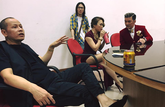 MC Anh Tuấn che nắng cho các mỹ nữ diện ***