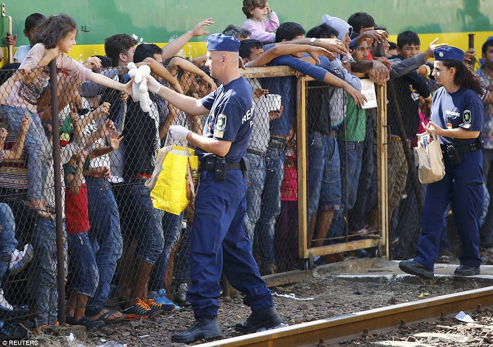 Người tị nạn đi bộ suốt 160km để đến Áo