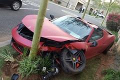 Điều gì xảy ra khi siêu xe Ferrari húc gốc cây?
