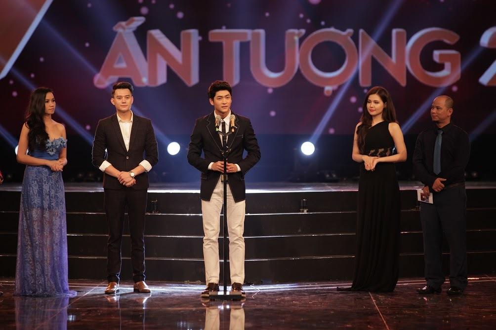 Nhã Phương tay trong tay Trường Giang nhận giải VTV Awards