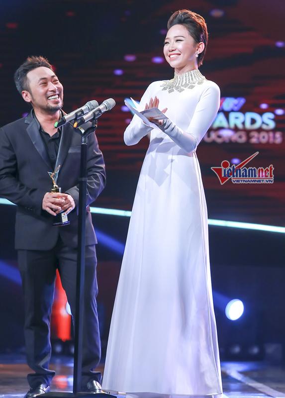 Thành Lộc mặc váy làm MC duyên dáng bên GS Xoay