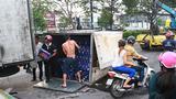 Xe bia 'chổng vó' giữa đường, ùn ứ kéo dài ở cửa ngõ Sài Gòn