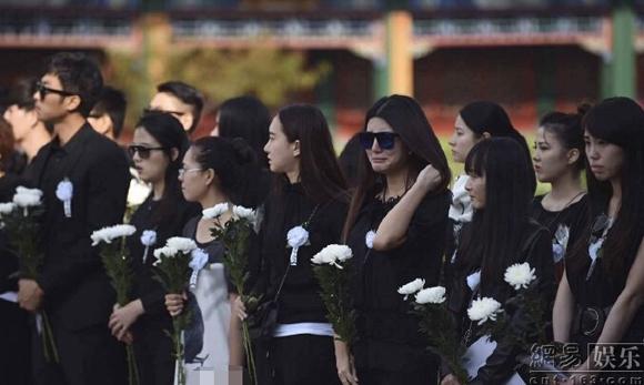 Đám tang đẫm nước mắt của nữ diễn viên trẻ bị đàn anh xâm hại