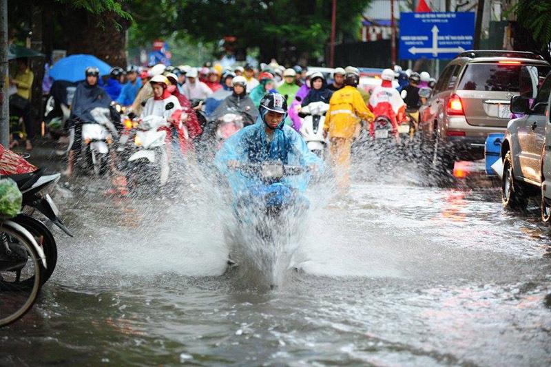 Người dân thủ đô ngập trong biển nước
