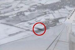 Khoảnh khắc vật thể lạ suýt đâm máy bay chở khách giữa trời