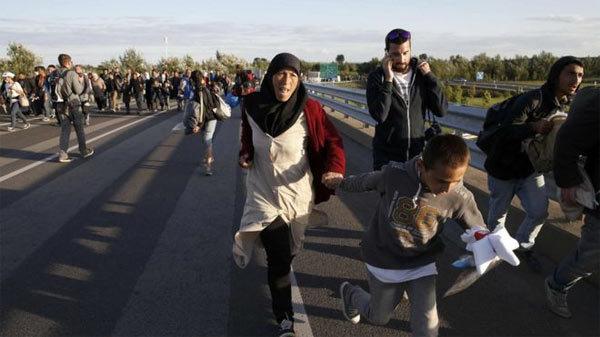 Di dân phá hàng rào cảnh sát, kéo tới Budapest