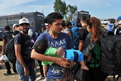 Phận người tị nạn: Bưu kiện chuyền tay