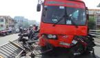 Xe khách đâm 7 xe máy, một người bị hất văng khỏi cầu