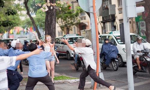 Hotgirl rải tiền giữa ngã tư náo loạn Sài Gòn