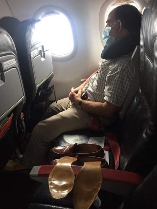 Khách Tây phơi cả tất lẫn giày trên ghế máy bay