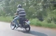 Thanh niên đi xe máy lệch hai bánh vẫn bon bon trên đường