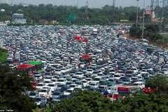 Cận cảnh tắc nghẽn trên cao tốc 26 làn ở Ấn Độ