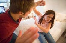 Bị chồng đánh, đuổi khỏi nhà vì 'tội' nhuộm tóc