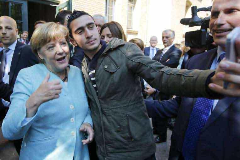Người tị nạn tranh nhau chụp ảnh selfie với 'mẹ Merkel'