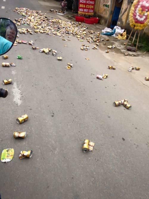 Kỳ quặc người phụ nữ rải hàng trăm lon bia ra đường