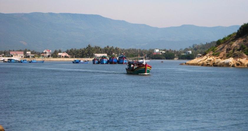 Bình Định: 5 ngư dân rơi xuống biển, mất tích