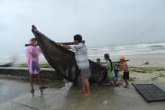 Người dân ở tâm bão Quảng Nam chạy đua chống bão