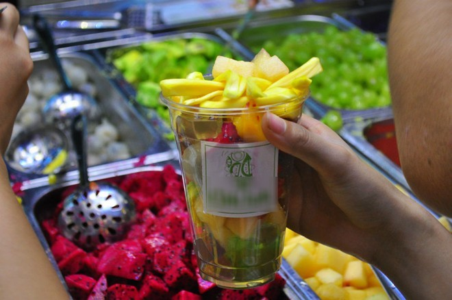 Thanh niên Hà thành xếp hàng ăn hoa quả dầm tự chọn