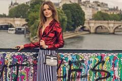 Quý cô châu Âu nhấn nhá street style bằng những khoảng hở tinh tế