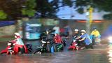 Ngập đến yên xe, người Sài Gòn lội hàng km đón con