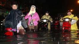 Sài Gòn ngập như sông, dân vật vã 'bơi' trên phố