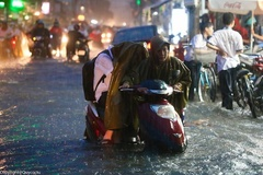 Những bức ảnh con ngồi xe để mẹ dắt trong mưa gây tranh cãi