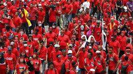 Phe áo đỏ tuần hành rầm rộ tại Malaysia