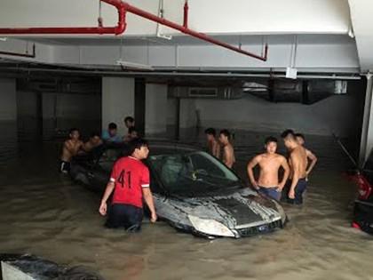 """Làm gì để """"cứu"""" ô tô ngập nước?"""