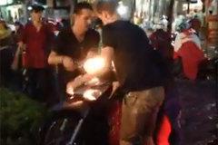 Hai chàng Tây đội mưa, khiêng xe giúp người dân Sài Gòn