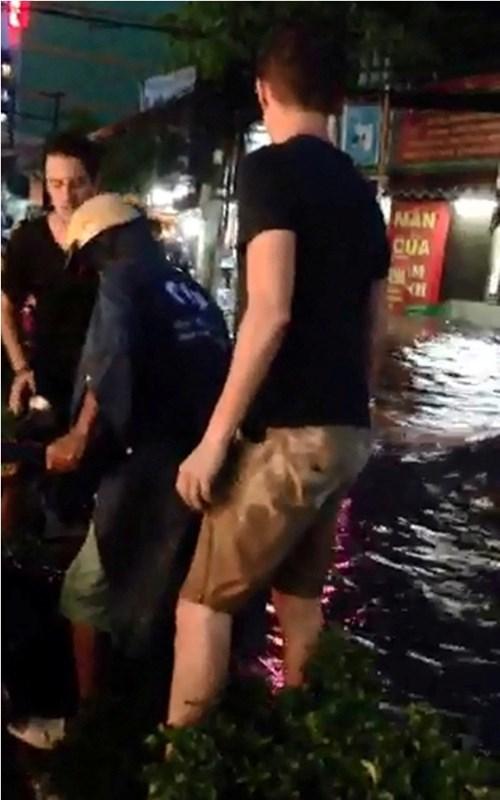 chàng Tây, khiêng xe, Sài Gòn, mưa lụt