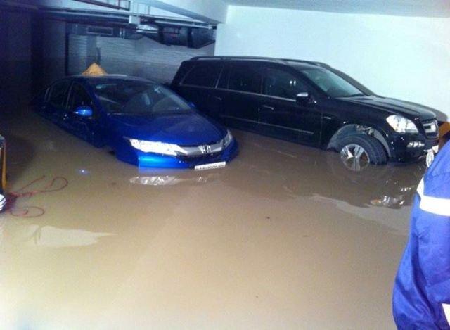 20 ôtô chết ngập trong một tầng hầm chung cư
