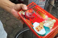 """Kiên nhẫn xếp hàng mua bánh trung thu """"hot"""" nhất Hà Nội"""