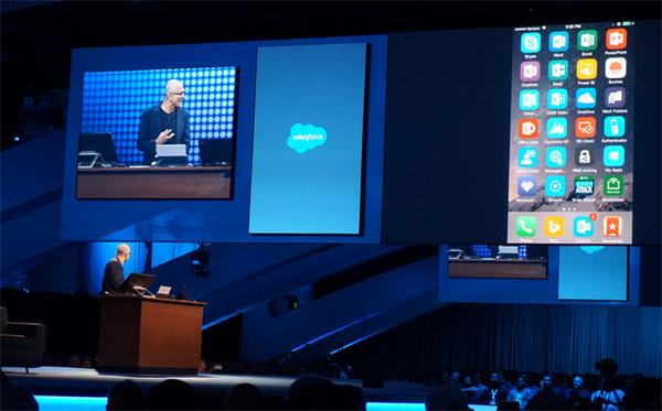 CEO Microsoft dùng iPhone trình diễn Outlook