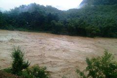 Hai người tử vong trong mưa lũ, 1 huyện bị cô lập