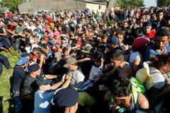 Croatia đóng một loạt cửa khẩu, di dân hỗn loạn