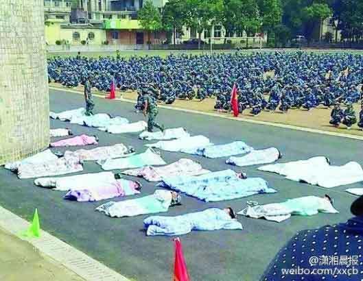 Tân sinh viên bị phạt trùm chăn dưới nắng vì ở bẩn