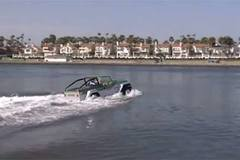 Ôtô biến thành ca nô lướt sóng khi gặp đường ngập lụt