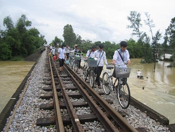 Lũ ngập băng cầu, học sinh đẩy xe trên đường ray