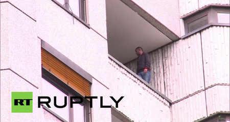 Dọa nhảy lầu tự tử vì không muốn ở trại tị nạn