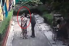 Chồng tạt axit vào vợ trước mặt con gái