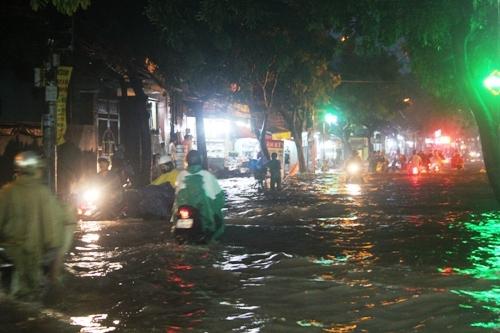 Mưa lớn, người Sài Gòn lại bì bõm trong nước ngập - 1