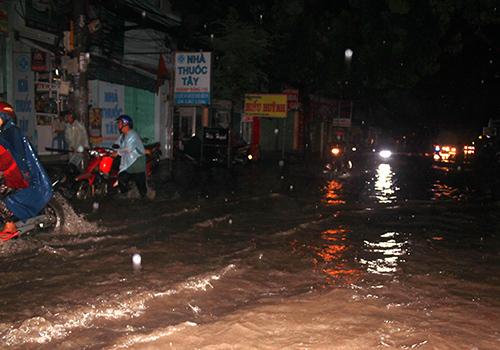 Mưa lớn, người Sài Gòn lại bì bõm trong nước ngập - 4