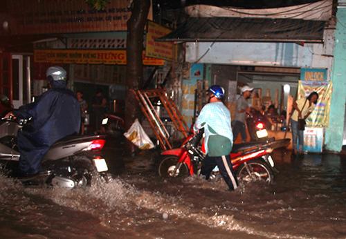 Mưa lớn, người Sài Gòn lại bì bõm trong nước ngập - 7